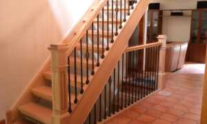 Боковое крепление перил к лестнице