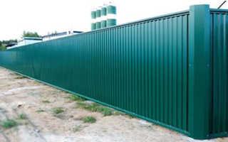 Как поставить забор из профнастила своими руками
