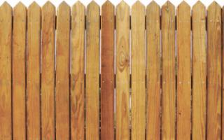 Своевременная обработка деревянного забора сохраняет его надолго